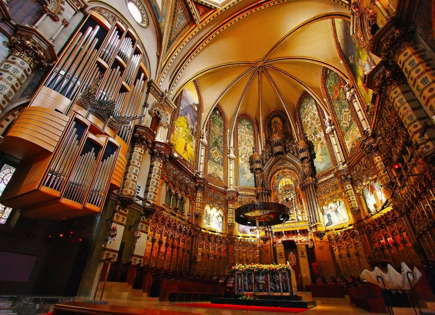 The high altar and organs. Beautiful details.